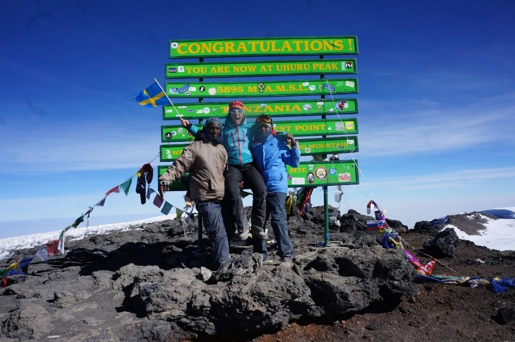 Emilie på toppen av Kilimanjaro