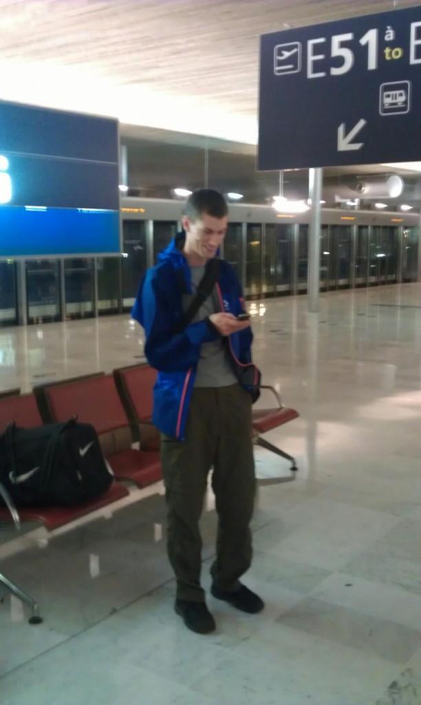 Victor väntar på shuttletåget för att byta terminal på Paris flygplats Paris Charles De Gaulle Airport