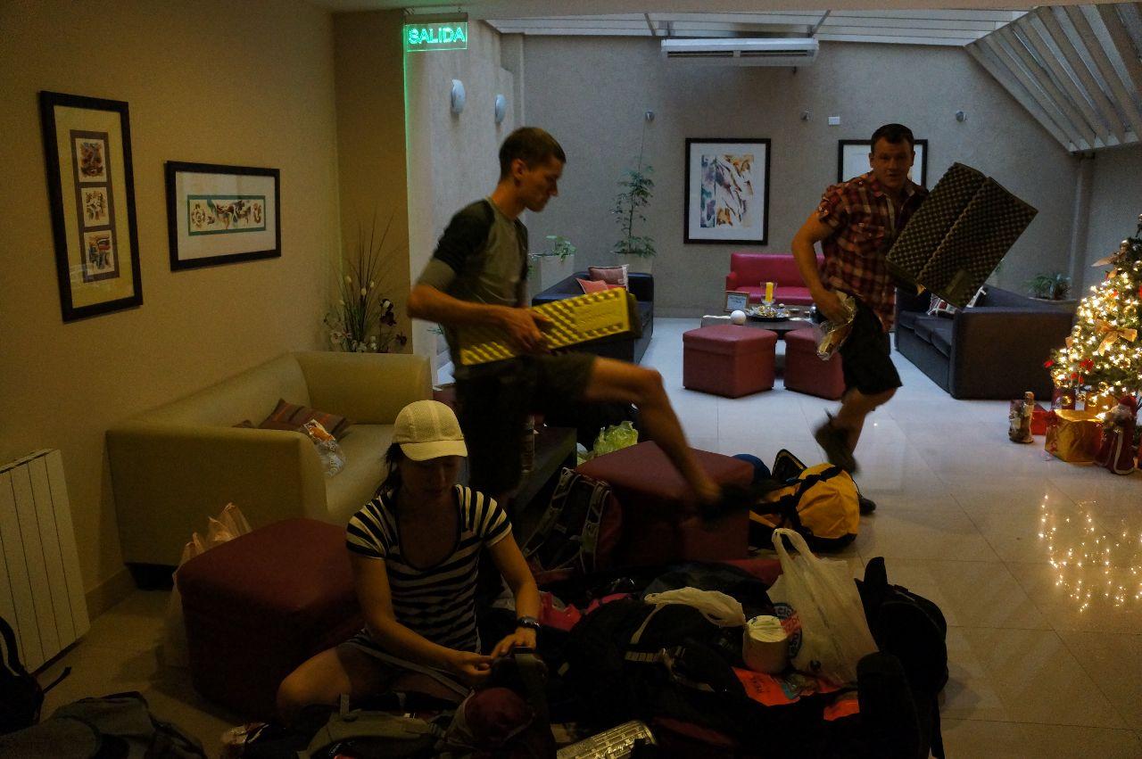Mattias packning har ankommit, full ompackning innan avfärd till Vallecitos i Cordon del Plata.