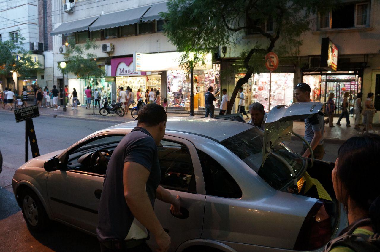Mattias hoppar in i taxin som skall ta oss till Vallecitos i Cordon del Plata.