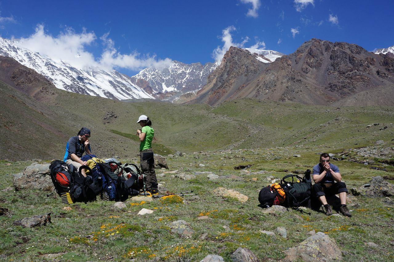 Tobias, Mei och Mattias vilar på väg upp till Piedra Grande 3500möh.