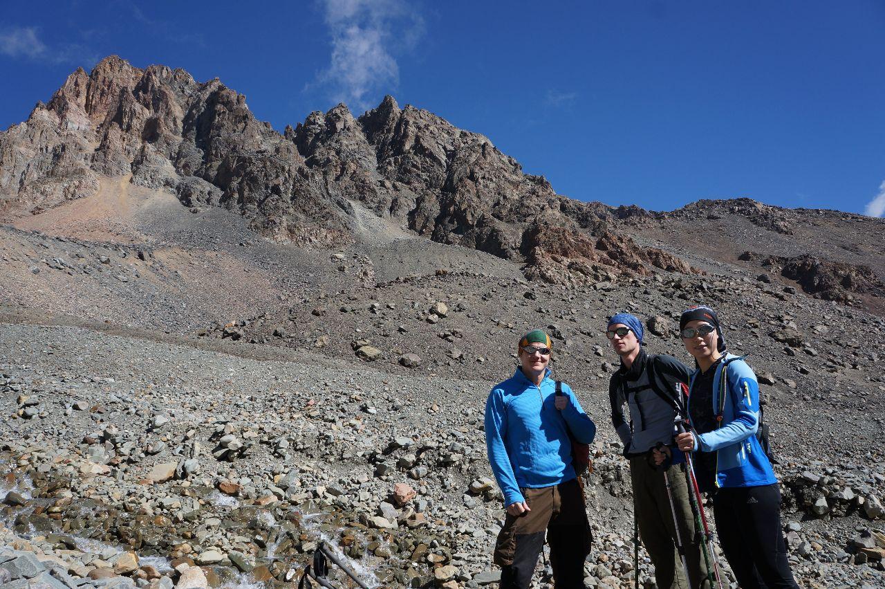 Teamet, i backgrunden ser man dagens mål Cerro Adolfo Calle, 4200möh.