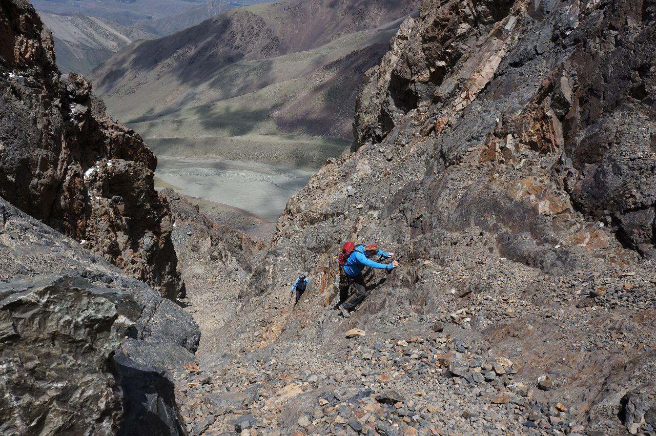 Mattias och Mei klättrar upp mot toppen av Cerro Adolfo Calle, 4200möh.