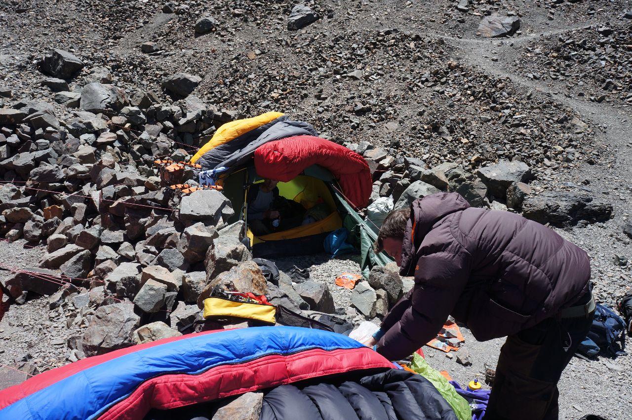 Tobias och Victor vilar i tältet. Sovsäckar på luftning på tälttaket.