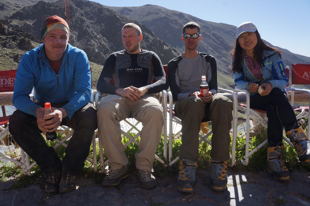 Ett slitet team väntandes på taxi tillbaka till Mendoza på Refugion i Ski Montana.