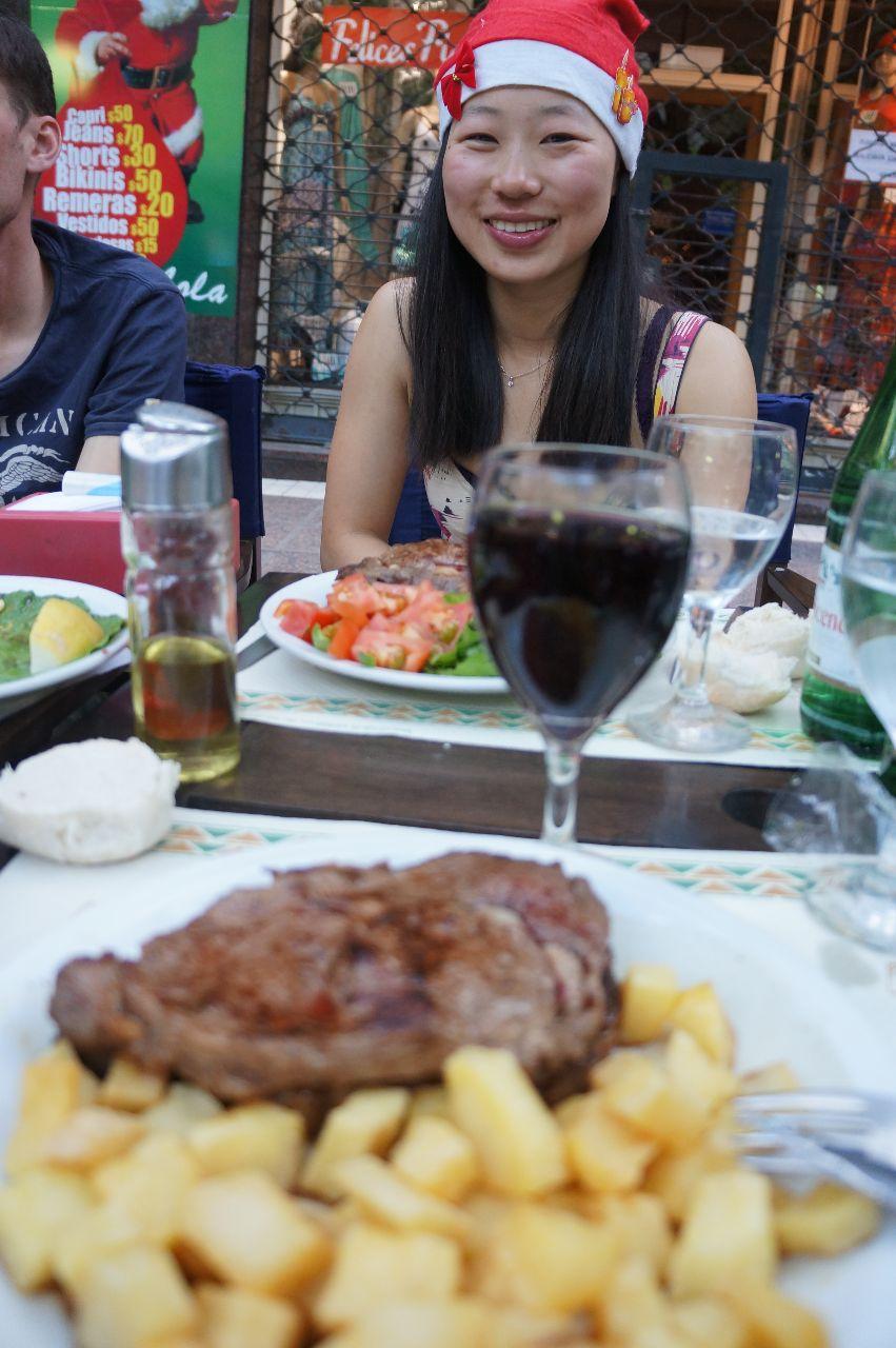 Middag, argentinsk biff och julstämningi Mendoza.