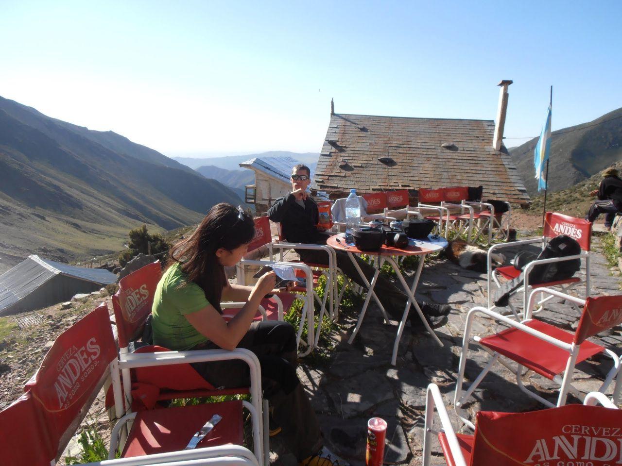 Påsmatfrukost i morgonsolen på verandan till refugion.