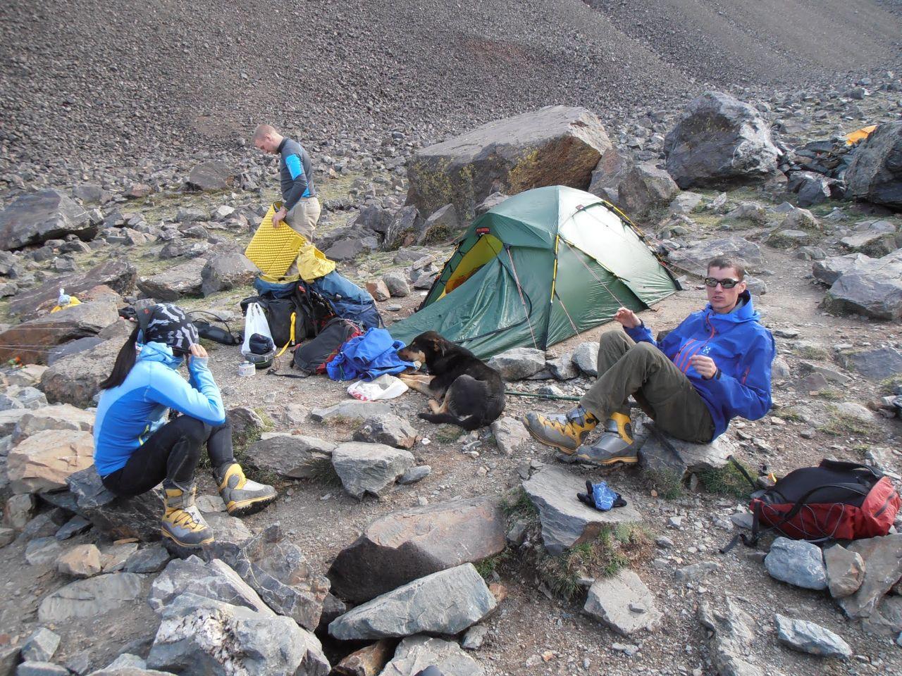 """Nere i lägret Piedra Grande (stora stenen) 3500möh tillsammans med vår nya vän """"hunden""""."""