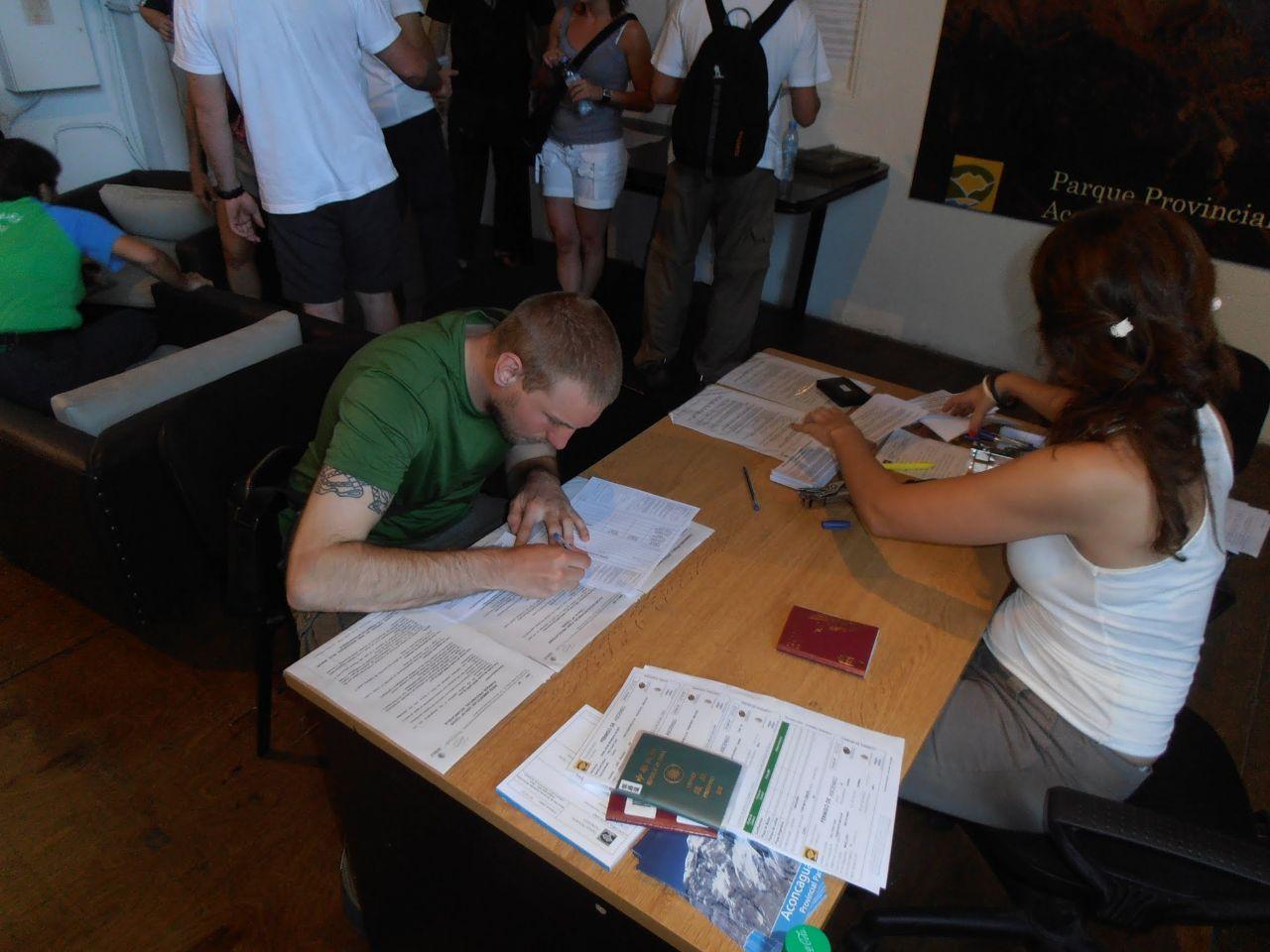 Tobias fyller i alla papper för att få sitt tillstånd.