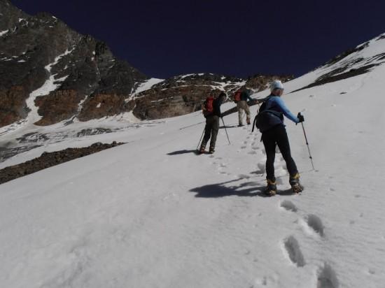 Tobias, Victor och Mei på väg upp för glaciären.