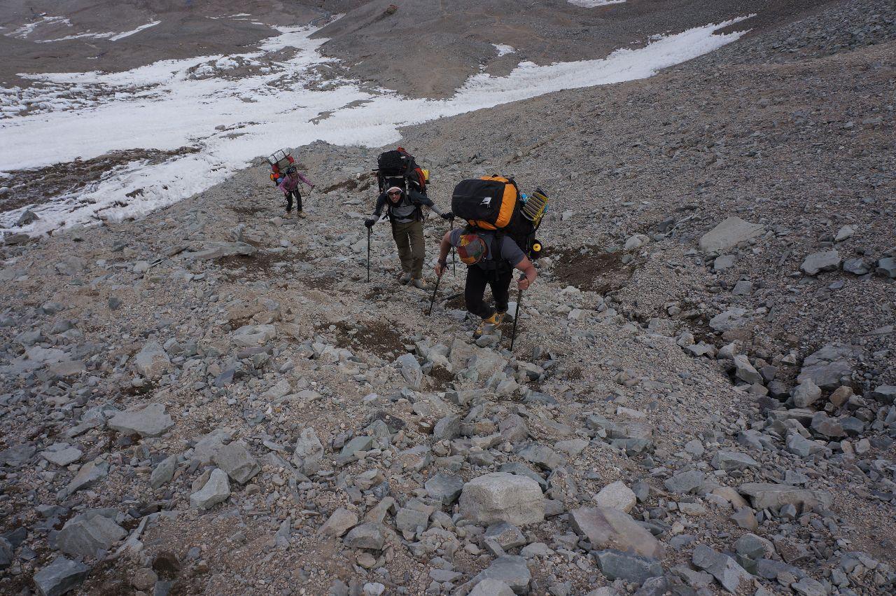 Tre steg upp och två ner i stenfältet på väg upp till Campo 1 ca 5000möh.