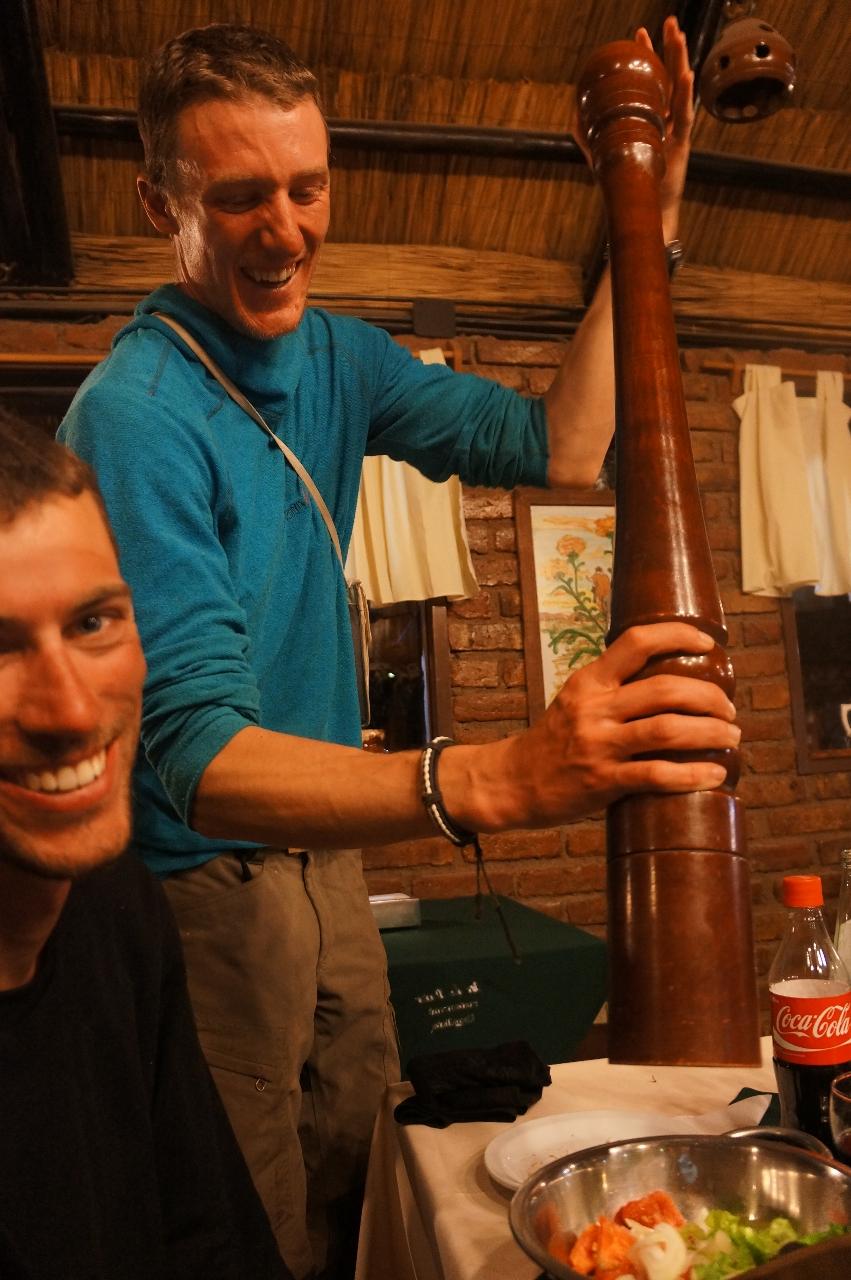 Anders pepprar en lyxig trerättersmiddag på en restaurang som låg på samma gata som Brad Pitt hade sin favoritkafeteria när han var här och spelade in filmen 7 år i Tibet.