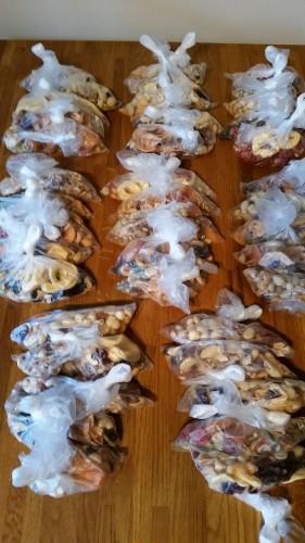 Frukt och nötter omförpackad i 40 småpåsar